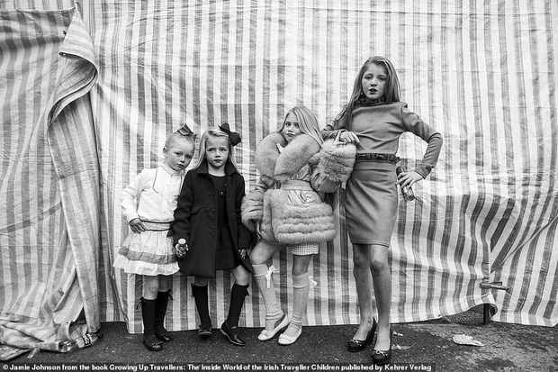 Trẻ em phì phèo điếu thuốc, make-up đậm, đeo túi hiệu và những nét văn hoá độc đáo đầy ấn tượng của dân du mục ngay giữa lòng Ireland - Ảnh 2.