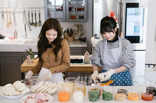 BLACKPINK có căn bếp vừa xinh vừa gọn thích mê, chị em mau sắm mấy món decor lợi hại để có bếp đẹp giống vậy - Ảnh 3.