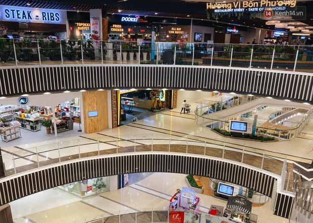 Chùm ảnh: Trung tâm Aeon Mall Bình Tân vắng tanh, đìu hiu chưa từng có giữa dịch Covid-19 - Ảnh 19.