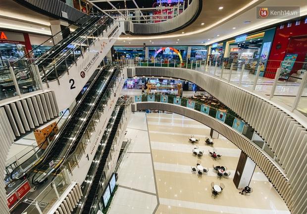 Chùm ảnh: Trung tâm Aeon Mall Bình Tân vắng tanh, đìu hiu chưa từng có giữa dịch Covid-19 - Ảnh 15.