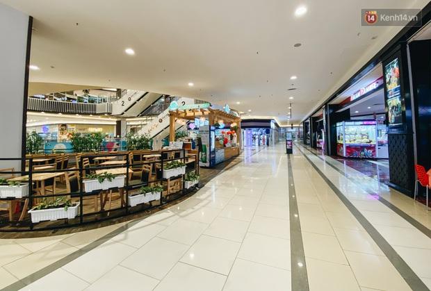 Chùm ảnh: Trung tâm Aeon Mall Bình Tân vắng tanh, đìu hiu chưa từng có giữa dịch Covid-19 - Ảnh 4.