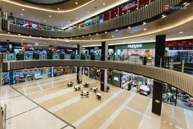 Chùm ảnh: Trung tâm Aeon Mall Bình Tân vắng tanh, đìu hiu chưa từng có giữa dịch Covid-19 - Ảnh 6.