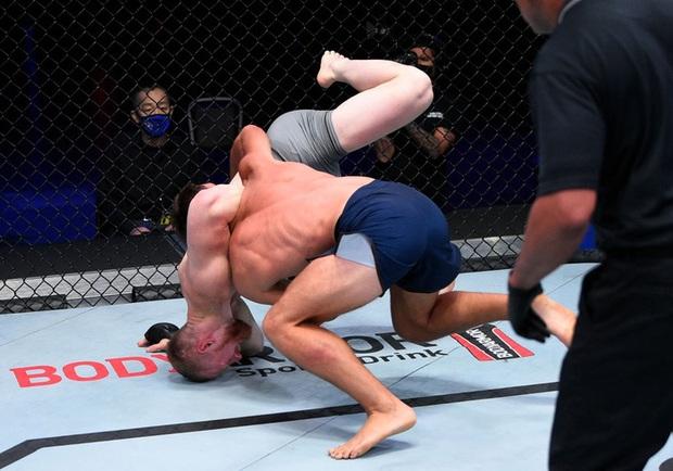Võ sĩ gãy tay kinh hoàng sau khi bị đối thủ ném từ trên cao xuống sàn đấu - Ảnh 3.