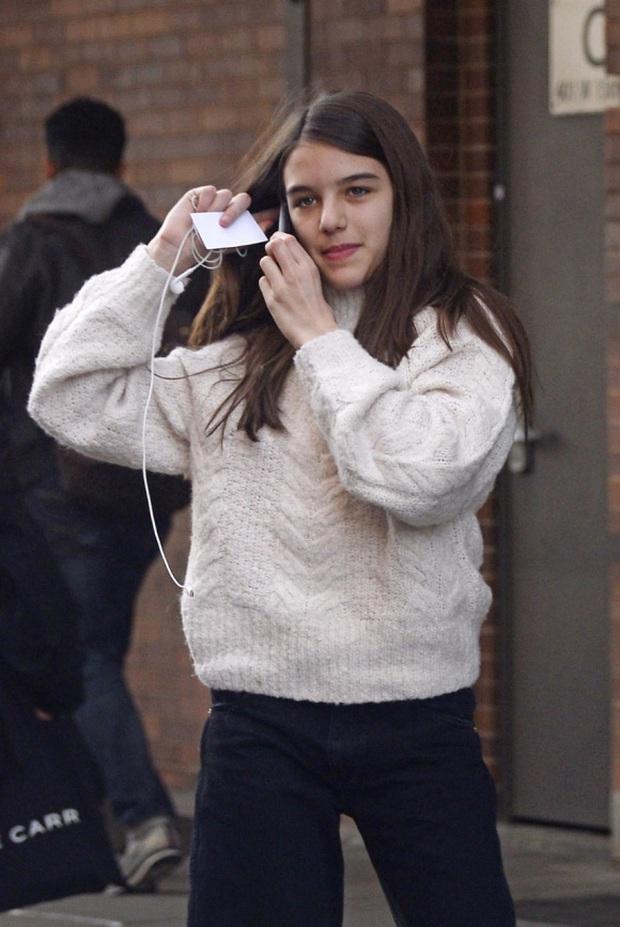 Nhan sắc tuổi 14 rực rỡ của Suri Cruise: Càng lớn càng giống hệt mẹ, trưởng thành và hạnh phúc dù thiếu vắng tình cha - Ảnh 9.