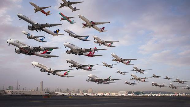 Ngoạn mục hàng trăm máy bay cất cánh cùng lúc như thể tắc đường hàng không cùng loạt khoảnh khắc ở sân bay khiến ai cũng há hốc - Ảnh 3.