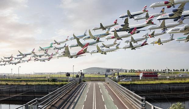 Ngoạn mục hàng trăm máy bay cất cánh cùng lúc như thể tắc đường hàng không cùng loạt khoảnh khắc ở sân bay khiến ai cũng há hốc - Ảnh 4.