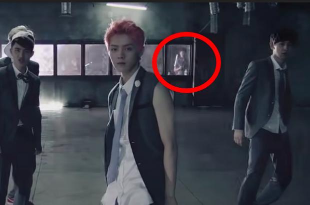 Góc rợn tóc gáy: MV EXO xuất hiện bóng ma nam sinh trong lớp học bỏ hoang, cô gái tóc dài trong MV nhóm rock Đài Loan gây hoang mang - Ảnh 15.