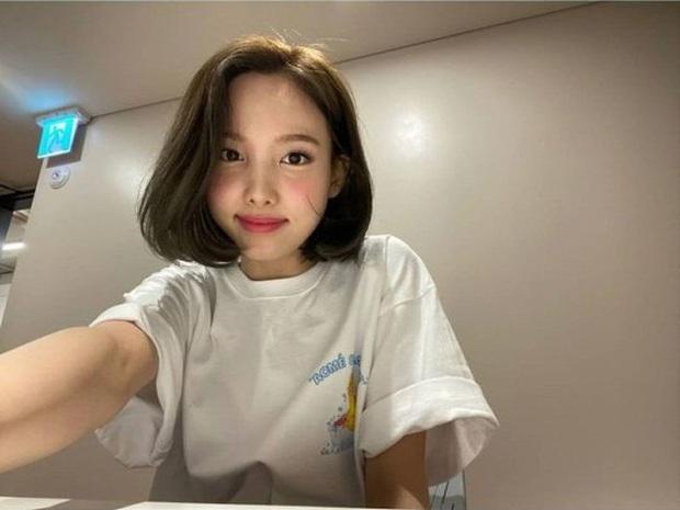 Dàn mỹ nhân TWICE bị nghi mặc áo có dòng chữ tục tĩu, sau cả tháng Nayeon mới đứng lên làm rõ sự thật - Ảnh 3.