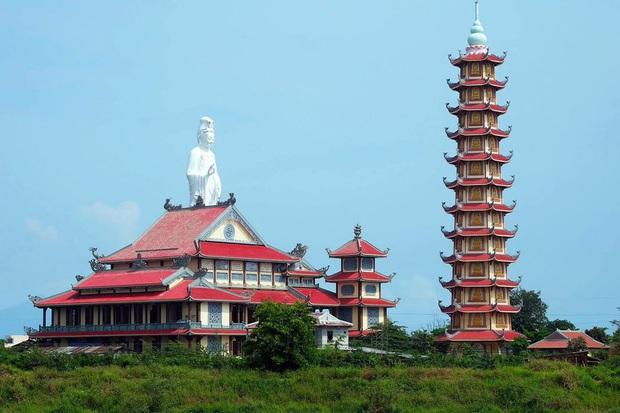 Điều tra vụ trẻ sơ sinh bị bỏ rơi, tử vong trước cổng chùa ở Đà Nẵng - Ảnh 1.