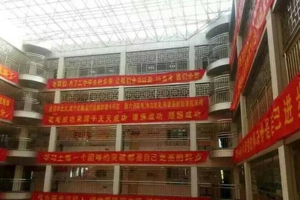 Bên trong trường chuyên khắc nghiệt hàng đầu Trung Quốc: Học 15 tiếng/ngày, phải xây rào chắn ngăn học sinh tự tử - Ảnh 4.