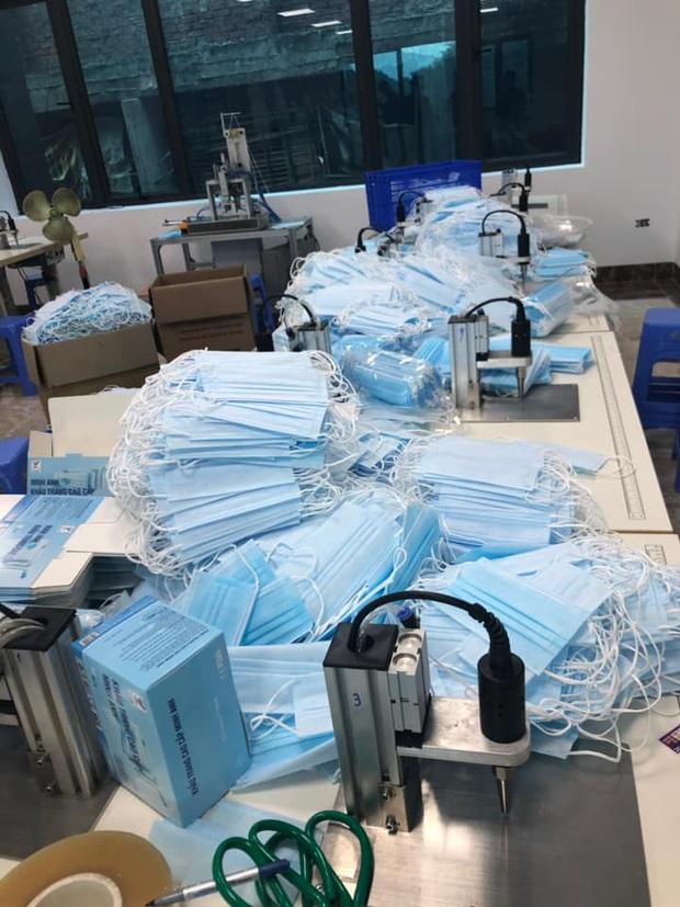 Hà Nội: Thu giữ hàng chục nghìn chiếc khẩu trang tại cơ sở sản xuất không rõ nguồn gốc - Ảnh 2.