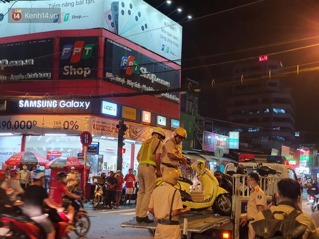 Giây phút kinh hoàng xe Camry tông một loạt xe máy ở Sài Gòn: Người bị thương nằm la liệt, chảy máu nhiều lắm - Ảnh 9.