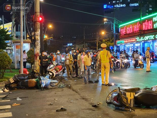 Giây phút kinh hoàng xe Camry tông một loạt xe máy ở Sài Gòn: Người bị thương nằm la liệt, chảy máu nhiều lắm - Ảnh 8.
