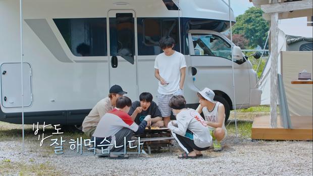 BTS khoe mặt mộc, tóc tai không thèm chải trong show thực tế mới - Ảnh 1.