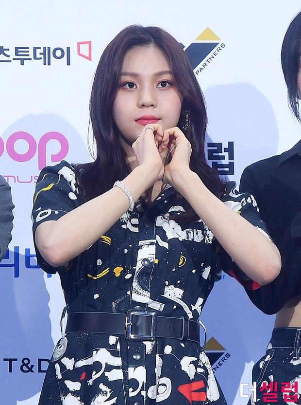 Siêu thảm xanh hot nhất Kpop hôm nay: TWICE sexy hầm hập đối đầu Red Velvet, Yerin (GFriend) mặt sưng vù giữa 50 idol - Ảnh 9.