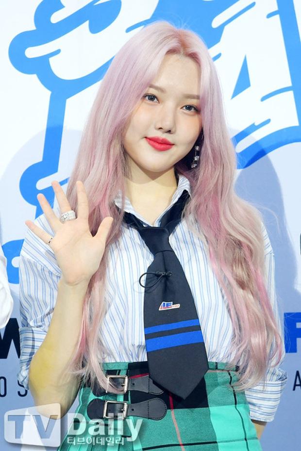 Siêu thảm xanh hot nhất Kpop hôm nay: TWICE sexy hầm hập đối đầu Red Velvet, Yerin (GFriend) mặt sưng vù giữa 50 idol - Ảnh 10.