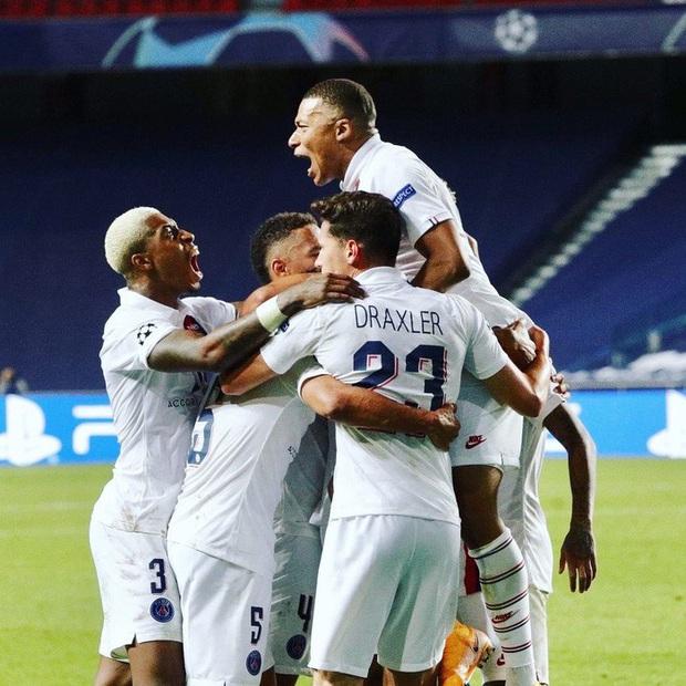 HLV PSG ôm hôn Neymar đầy cảm xúc sau màn lội ngược dòng khó tin trước Atalanta - Ảnh 3.