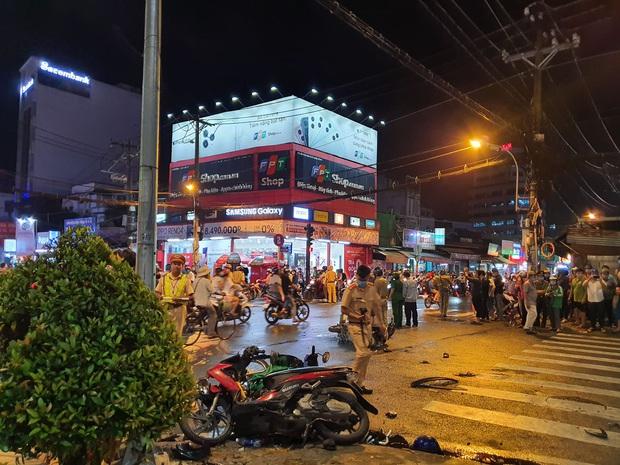 Nóng: Xe Camry cuốn một loạt xe máy ngay ngã tư ở Sài Gòn, rất nhiều người bị thương nằm la liệt trên đường - Ảnh 1.