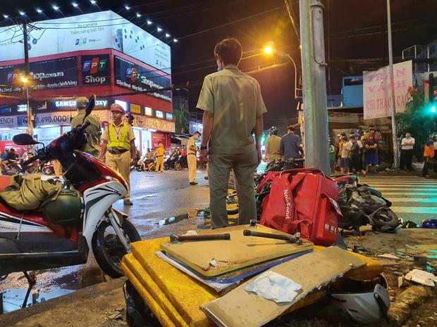 Nóng: Xe Camry cuốn một loạt xe máy ngay ngã tư ở Sài Gòn, rất nhiều người bị thương nằm la liệt trên đường - Ảnh 2.