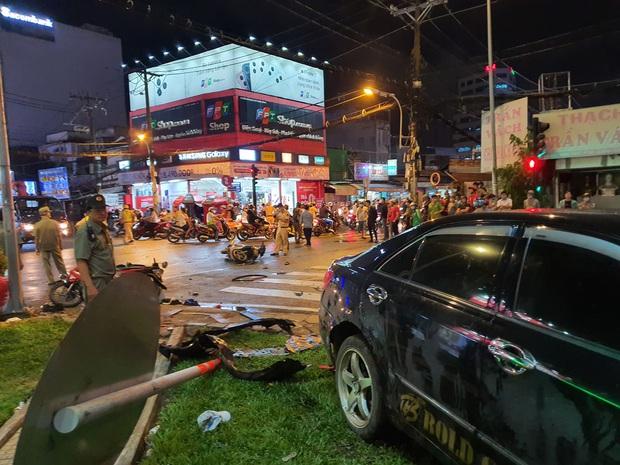 Nóng: Xe Camry cuốn một loạt xe máy ngay ngã tư ở Sài Gòn, rất nhiều người bị thương nằm la liệt trên đường - Ảnh 5.