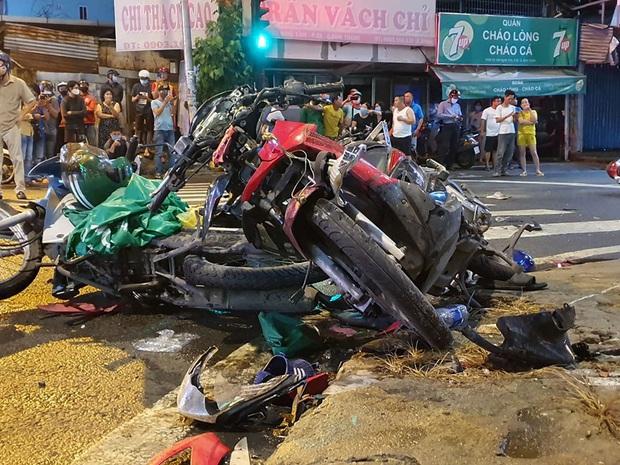 Ảnh: Hiện trường vụ xe Camry cuốn hàng loạt xe máy, khiến nhiều người bị thương ở Sài Gòn - Ảnh 2.