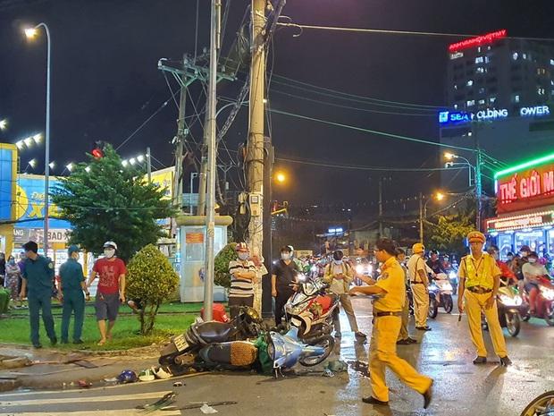 Ảnh: Hiện trường vụ xe Camry cuốn hàng loạt xe máy, khiến nhiều người bị thương ở Sài Gòn - Ảnh 4.