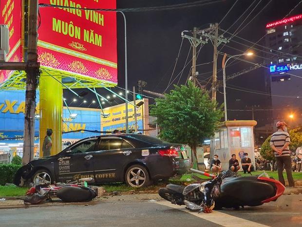 Ảnh: Hiện trường vụ xe Camry cuốn hàng loạt xe máy, khiến nhiều người bị thương ở Sài Gòn - Ảnh 5.