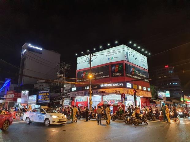 Ảnh: Hiện trường vụ xe Camry cuốn hàng loạt xe máy, khiến nhiều người bị thương ở Sài Gòn - Ảnh 7.