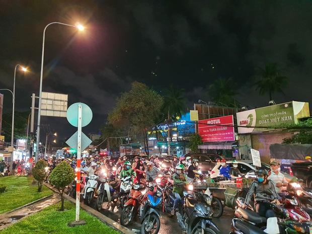 Ảnh: Hiện trường vụ xe Camry cuốn hàng loạt xe máy, khiến nhiều người bị thương ở Sài Gòn - Ảnh 8.
