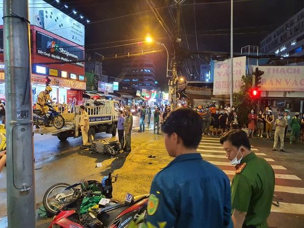 Ảnh: Hiện trường vụ xe Camry cuốn hàng loạt xe máy, khiến nhiều người bị thương ở Sài Gòn - Ảnh 10.