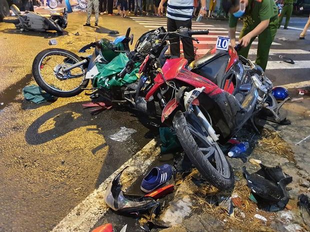 Ảnh: Hiện trường vụ xe Camry cuốn hàng loạt xe máy, khiến nhiều người bị thương ở Sài Gòn - Ảnh 3.