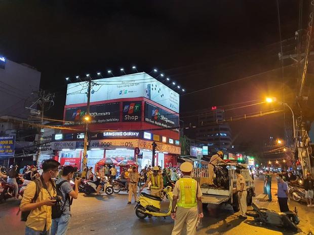 Nóng: Xe Camry cuốn một loạt xe máy ngay ngã tư ở Sài Gòn, rất nhiều người bị thương nằm la liệt trên đường - Ảnh 8.