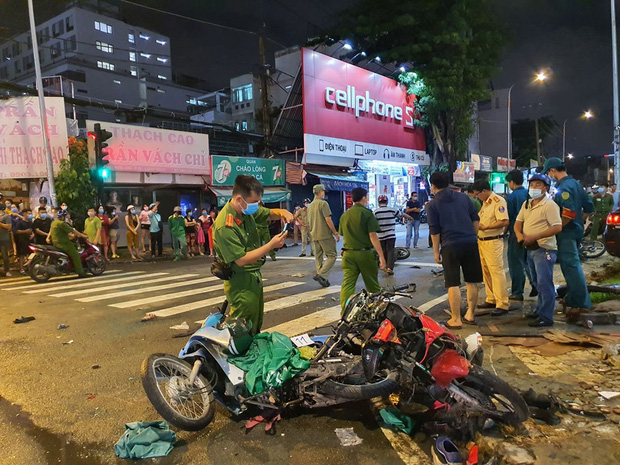 Nóng: Xe Camry cuốn một loạt xe máy ngay ngã tư ở Sài Gòn, rất nhiều người bị thương nằm la liệt trên đường - Ảnh 9.