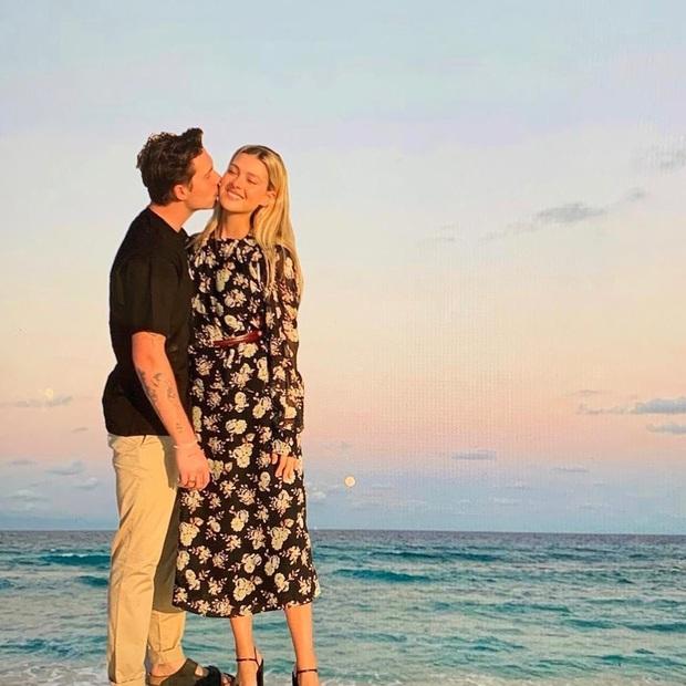 Victoria Beckham khoe ảnh Brooklyn và vị hôn thê, ai dè con dâu tương lai đăng luôn ảnh gốc khiến mẹ chồng quê một cục - Ảnh 2.