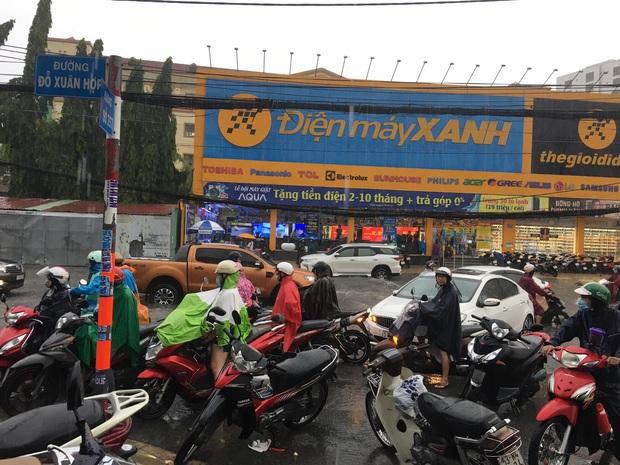 Nhiều tuyến đường ở Sài Gòn lại thành sông sau mưa lớn, các cửa hàng phải đóng cửa vì nước tràn vào nhà - Ảnh 6.