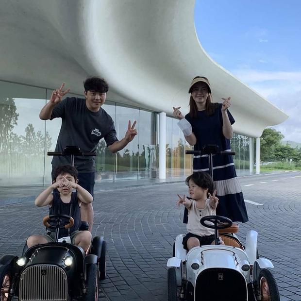 Song Joong Ki lộ diện khác lạ, dửng dưng đi chơi với gia đình sau khi bị Song Hye Kyo đá xoáy - Ảnh 4.
