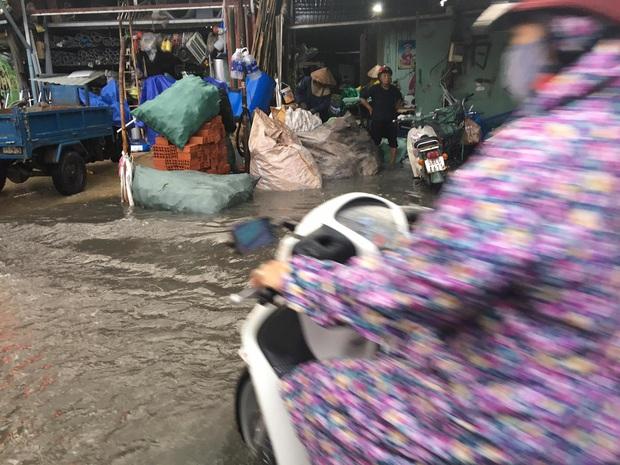 Nhiều tuyến đường ở Sài Gòn lại thành sông sau mưa lớn, các cửa hàng phải đóng cửa vì nước tràn vào nhà - Ảnh 7.