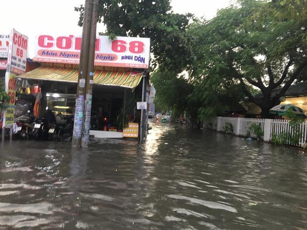 Nhiều tuyến đường ở Sài Gòn lại thành sông sau mưa lớn, các cửa hàng phải đóng cửa vì nước tràn vào nhà - Ảnh 9.