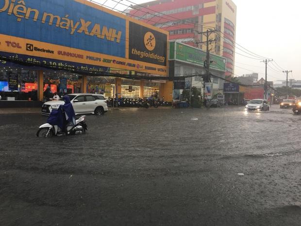 Nhiều tuyến đường ở Sài Gòn lại thành sông sau mưa lớn, các cửa hàng phải đóng cửa vì nước tràn vào nhà - Ảnh 5.
