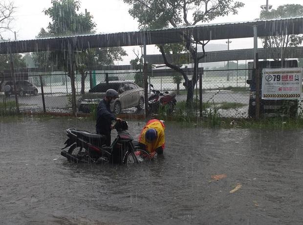 Nhiều tuyến đường ở Sài Gòn lại thành sông sau mưa lớn, các cửa hàng phải đóng cửa vì nước tràn vào nhà - Ảnh 3.