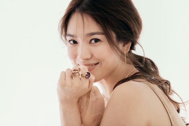 Song Joong Ki lộ diện khác lạ, dửng dưng đi chơi với gia đình sau khi bị Song Hye Kyo đá xoáy - Ảnh 6.