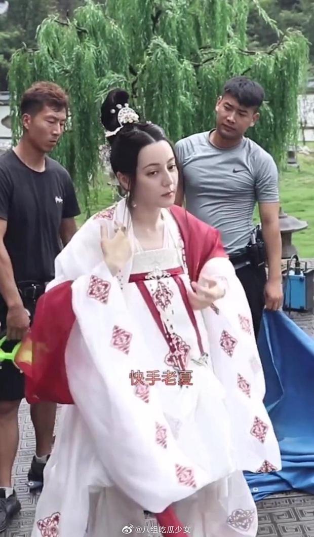 Netizen thi nhau phanh gấp trước bộ váy nhìn như khăn trải bàn của Địch Lệ Nhiệt Ba ở Trường Ca Hành - Ảnh 2.