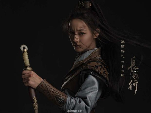 Netizen thi nhau phanh gấp trước bộ váy nhìn như khăn trải bàn của Địch Lệ Nhiệt Ba ở Trường Ca Hành - Ảnh 1.