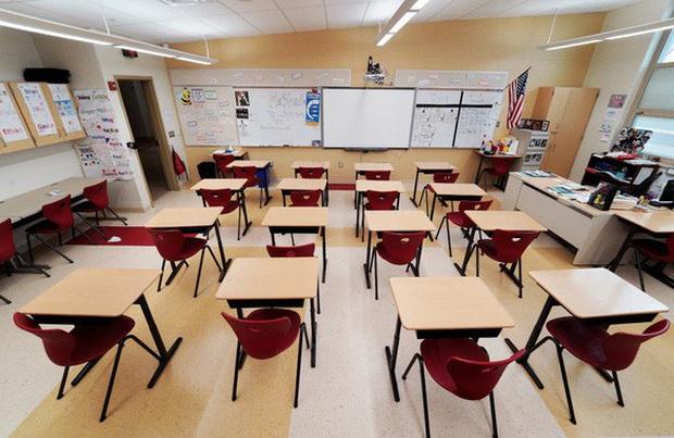 Hơn 2.000 học sinh, giáo viên Mỹ phải cách ly ở một số trường học - Ảnh 1.