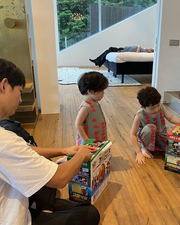 Song Joong Ki lộ diện khác lạ, dửng dưng đi chơi với gia đình sau khi bị Song Hye Kyo đá xoáy - Ảnh 5.
