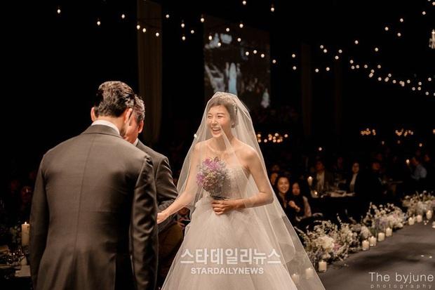 Đào lại váy cưới của dàn mỹ nhân huyền thoại, dân Hàn mới thấy trùm cuối là Kim Ha Neul chứ không phải Han Ga In hay Jeon Ji Hyun - Ảnh 7.