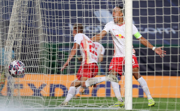Leipzig 2-1 Atletico Madrid: Bàn thua phút 88 khiến giấc mơ Champions League của thầy trò Simeone tan thành mây khói, RB Leipzig lập kỷ lục vô tiền khoáng hậu - Ảnh 4.