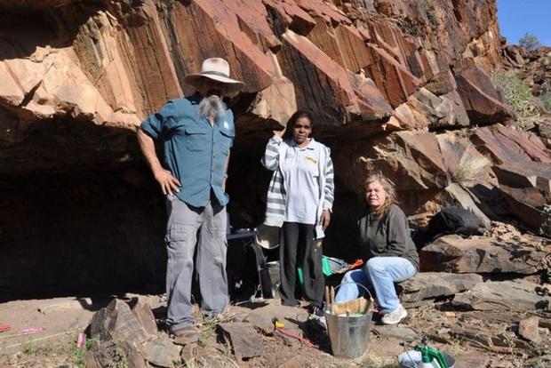 Đang đi khảo sát địa hình thì muốn giải quyết nỗi buồn, người đàn ông phát hiện di tích lịch sử 49.000 năm tuổi theo cách không ai ngờ - Ảnh 4.