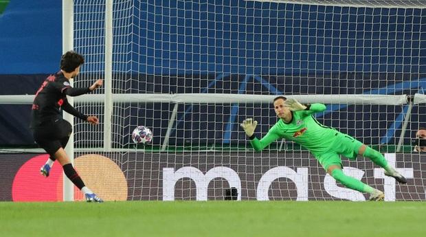 Leipzig 2-1 Atletico Madrid: Bàn thua phút 88 khiến giấc mơ Champions League của thầy trò Simeone tan thành mây khói, RB Leipzig lập kỷ lục vô tiền khoáng hậu - Ảnh 6.