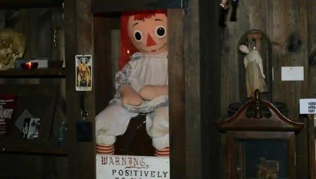 Rộ tin búp bê Annabelle trốn khỏi viện bảo tàng, xem kĩ mới biết đồn nhảm nha! - Ảnh 1.
